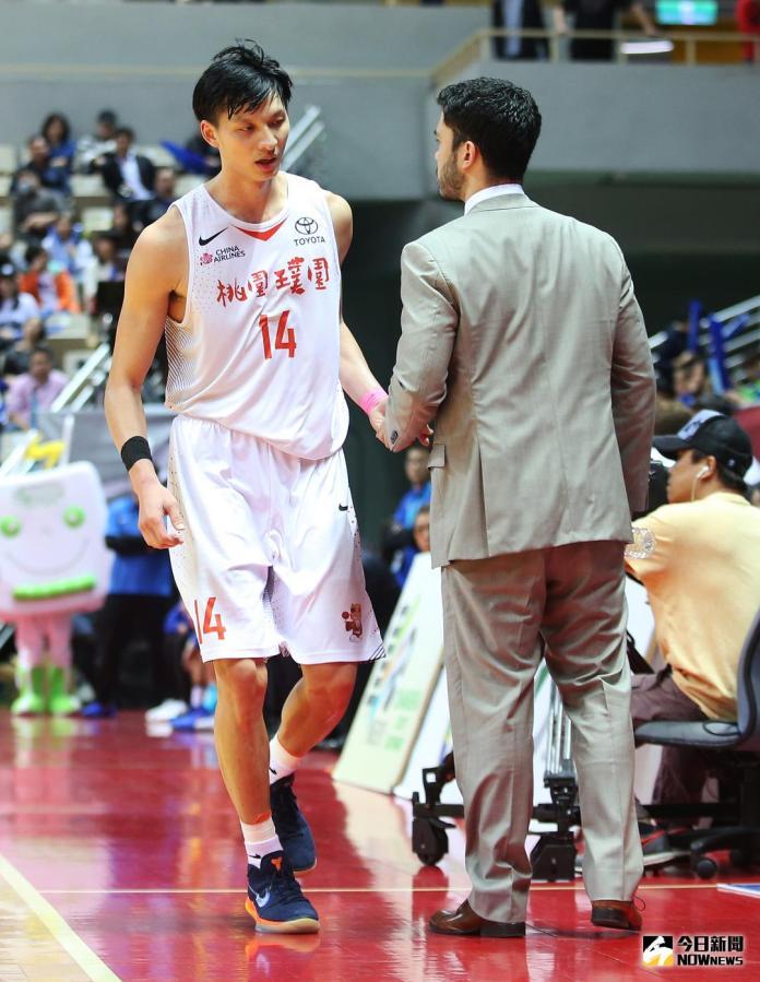 ▲璞園李啟瑋\\(左\\)、教練麥班達。(圖/籃協提供)