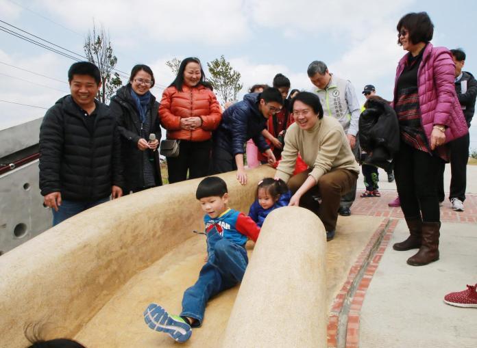 ▲基隆市長林右昌今天前往視察孝德公園環境景觀工程,還和小朋友一起體驗溜滑梯。(圖/基隆市政府提供)