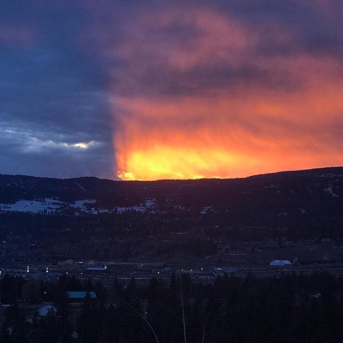 ▲加拿大卑詩省南部城市 Kelowna (基洛納)出現「陰陽天」奇景。(圖/翻攝自traviscopan IG)