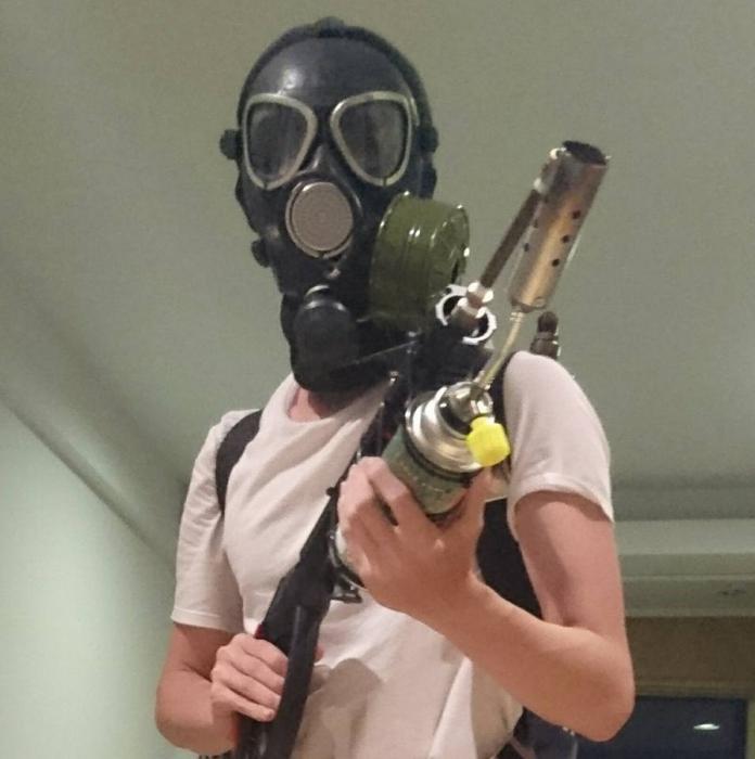 ▲孫安佐在臉書PO出拿槍戴著面具的造型。(圖/翻攝 孫安佐臉書, 2018.03.30)