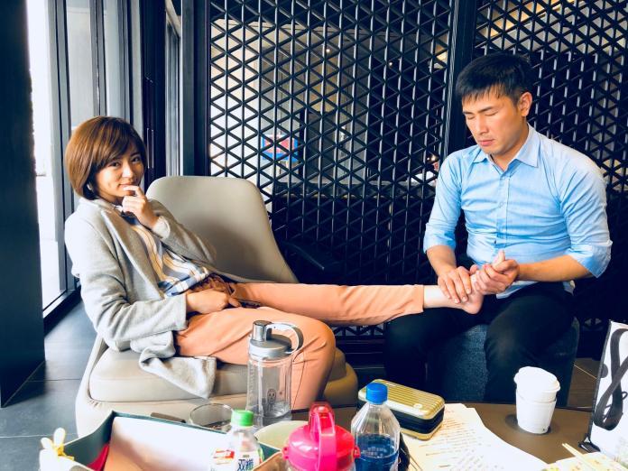 ▲傅子純幫王瞳按摩腳。(圖/民視提供 , 2018.3.31)