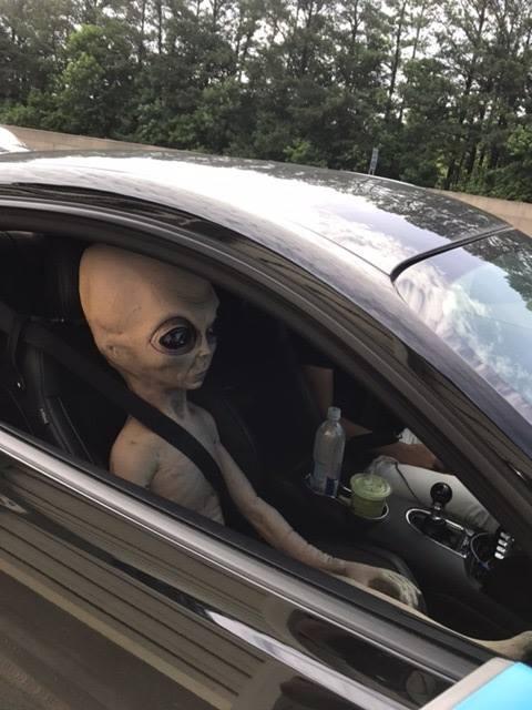 ▲警方盤查超速司機,驚見外星人坐副駕駛座。(圖/翻攝自臉書)