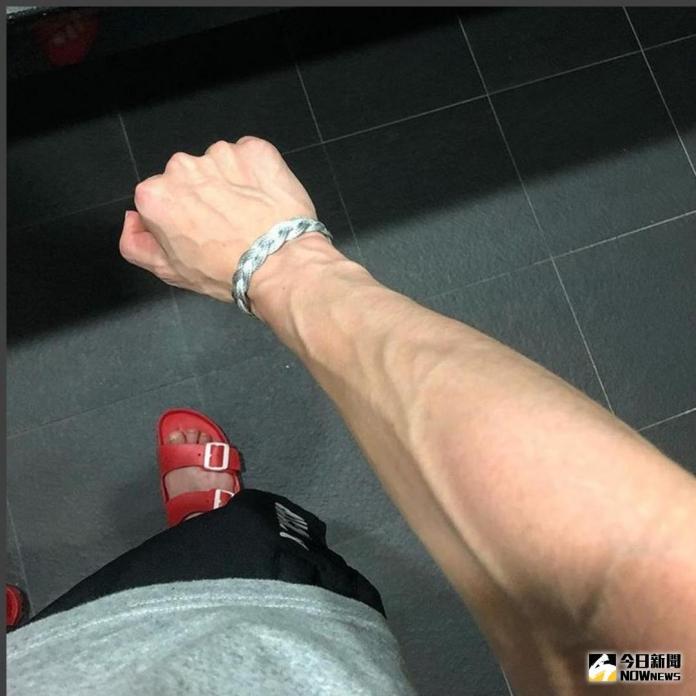 ▲用力時手臂冒出來的血管。(示意圖/擷取至戴資穎Instagram)