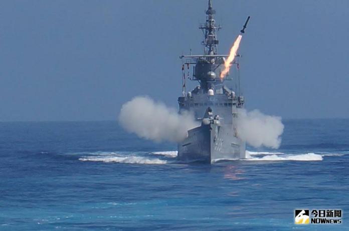 ▲2014年9月漢光30號演習中,濟陽級蘭陽艦發射ASROC反潛火箭。(圖/記者呂烱昌攝