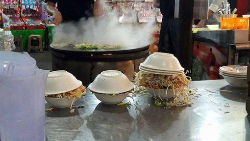 ▲蒙古烤肉是台灣夜市特色美食之一。(圖/翻攝自臉書「爆廢公社」)