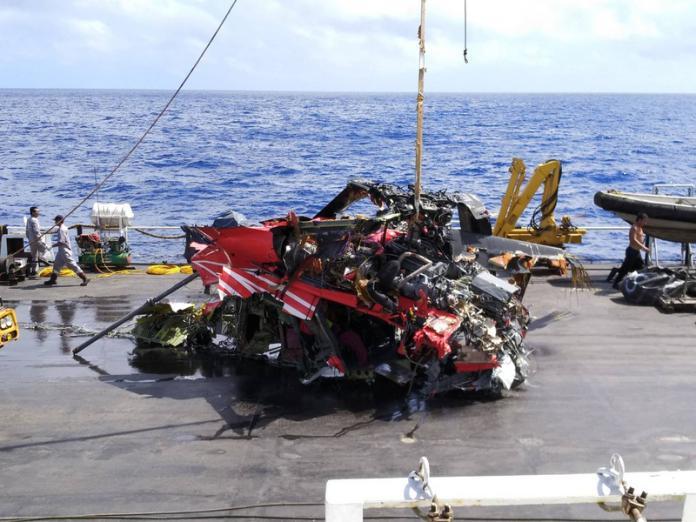 失事黑鷹殘骸打撈 僅剩中段機身