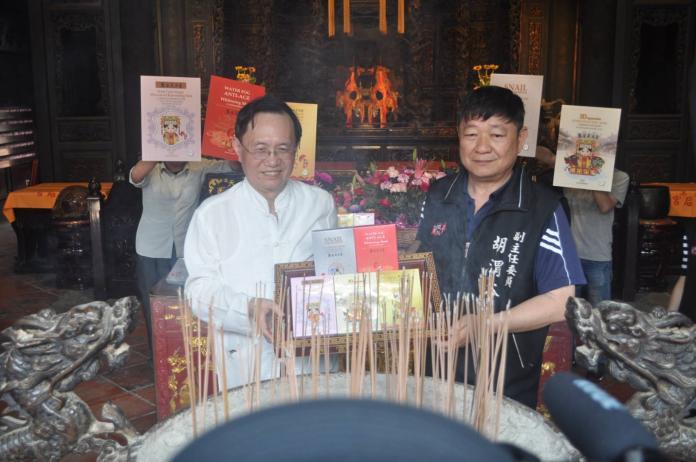 ▲伊莉特創辦人蔡志弘(左)與鹿港天后宮副主委胡滑渭谷(右)一起為該面膜系列做過爐儀式。(圖/公關照片)
