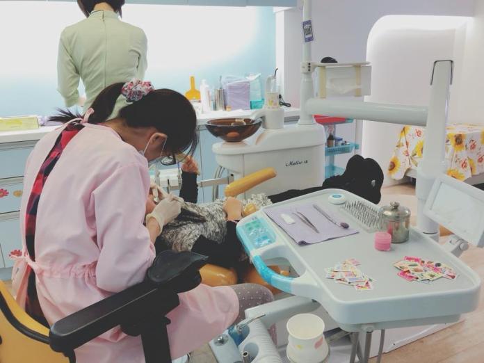 ▲林媽媽控訴牙醫恐嚇 3 歲兒,真相大白後,反被網友痛批「媽寶媽媽」。(圖/示意圖/翻攝自臉書)