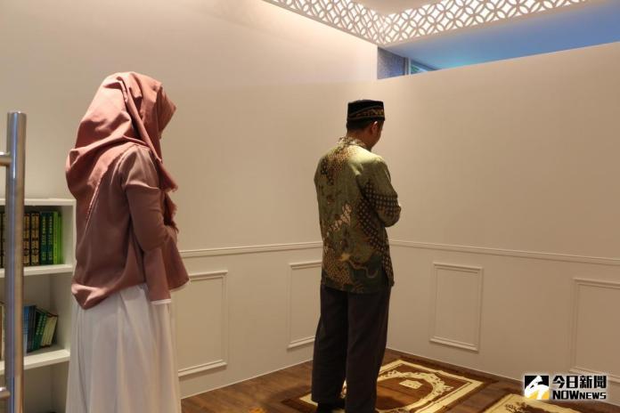 ▲新北市立圖書館中和分館設置全台公共圖書館第一個穆斯林祈禱室,打造舒適便利的禱告空間。(圖/記者蔡琇惠攝,2018.04.22)