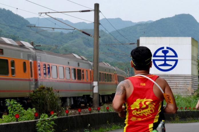 新北鐵道馬拉松開跑 體驗追火車速度感
