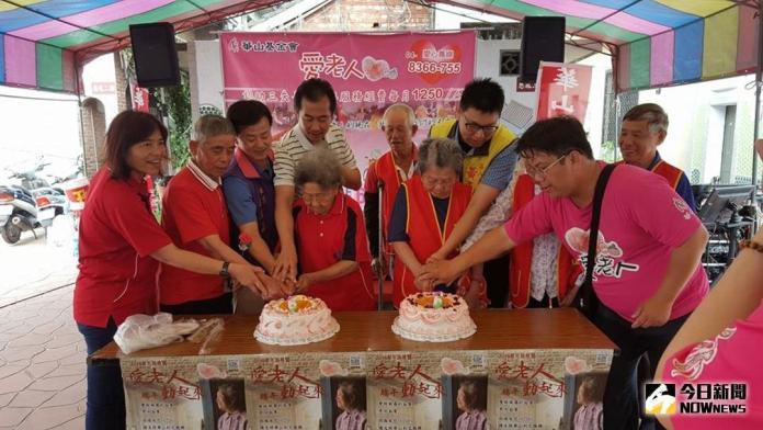 ▲邀請長輩們一起切蛋糕慶祝天使站6周年生日快樂。(圖/記者陳雅芳攝,2018.04.30)