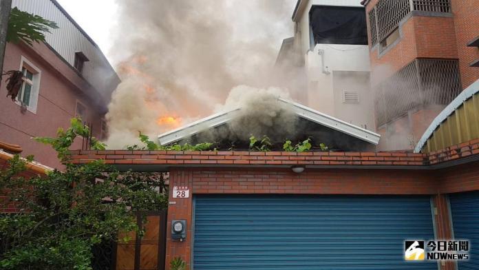 ▲由於為木造房屋,火勢一發不可收拾。(圖/民眾提供)
