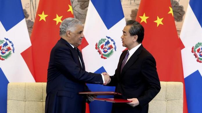 ▲大陸外交部長王毅1日在北京和多明尼加外長巴爾加斯簽署建交公報。(圖/翻攝新華網)