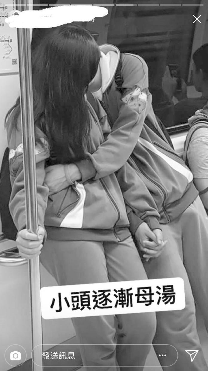 ▲網友拍下小情侶在捷運上的親密動作,男孩子身體相當誠實,網友笑稱是「起床氣」。保護學校與當事人,照片經過灰階處理。(圖/翻攝自「爆廢公社」)