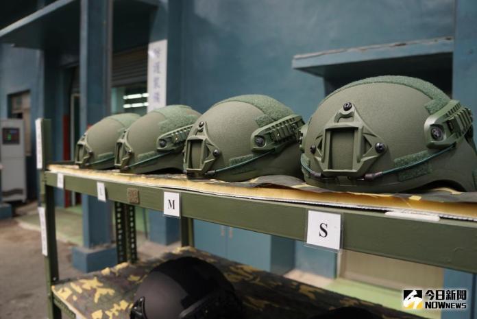 ▲軍備局205廠生產的各種尺寸防護頭盔,能夠加掛夜視鏡、攝影機等設備。(圖/記者呂炯昌攝 , 2018.5.2\\)