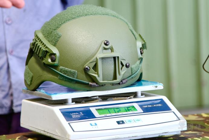 軍備局生製中心所產製的防護頭盔XL型號,重量僅約1.12公斤。(軍聞社記者徐振威攝)