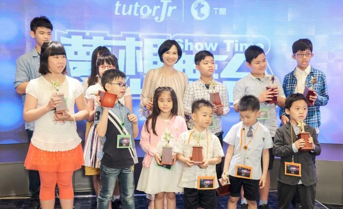▲總經理黃嘉琦\\(後右三\\)頒發獎盃給參加演出的tutorJr學員。(圖/公關照片)