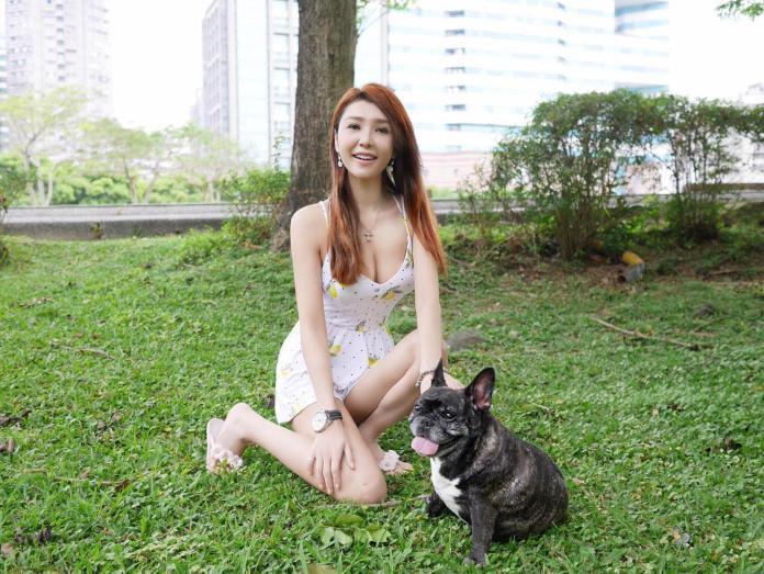 ▲海倫清桃穿著清涼,帶著愛犬到公園散步。(圖/翻攝海倫清桃臉書, 2018.05.02)
