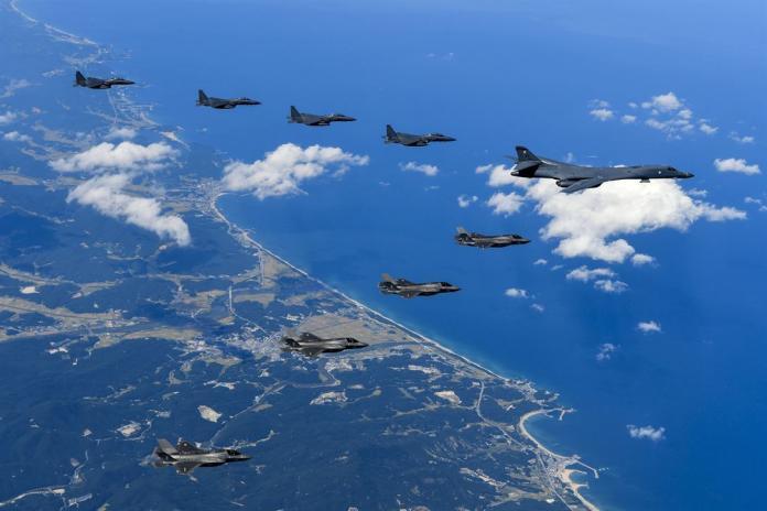 ▲韓戰後美軍一直駐守朝鮮半島。圖為美軍B-1轟炸機、F-35戰機與南韓空軍F-15K一同飛行。(圖/美國國防部 )