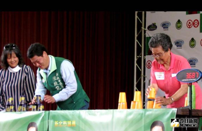 92歲阿嬤PK市議員 兩人互尬競技疊杯