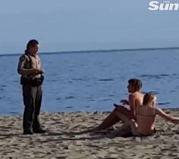 ▲一對情侶在公共沙灘上大膽親熱,事後被執法人員警告。(圖/翻攝自《太陽報》)