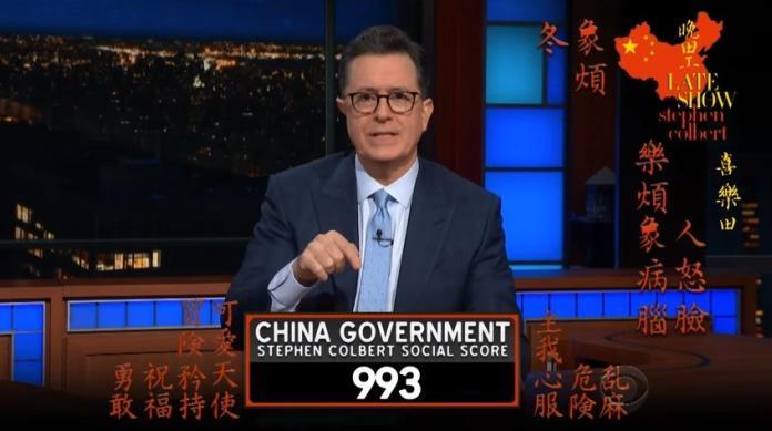 ▲脫口秀主持人史蒂芬寇伯特(Stephen Colbert)在節目上嘲諷大陸「社會信用制度」。(圖/翻攝自「The Late Show with Stephen Colbert」 YouTube)