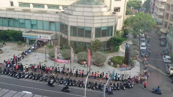 ▲嘉義市某中華電信門市的空拍圖,驚見遭到民眾「ㄇ字封印」。(圖/翻攝自爆廢公社)