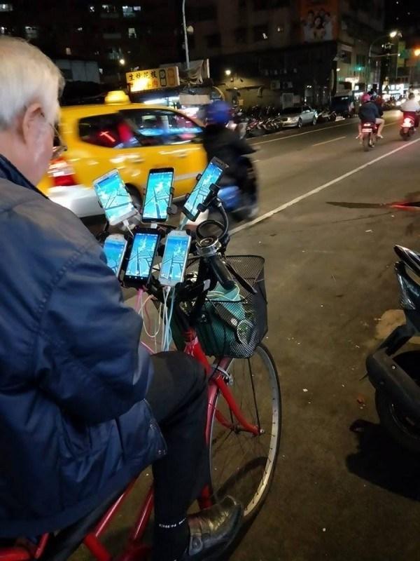 ▲網友日前分享一個「寶可夢阿公」,騎著腳踏車裝上 6 台手機,到處抓寶,此舉引起外國論壇「 Reddit 」注意,網友紛紛留言「台灣之光」。(圖/翻攝自爆廢公社)