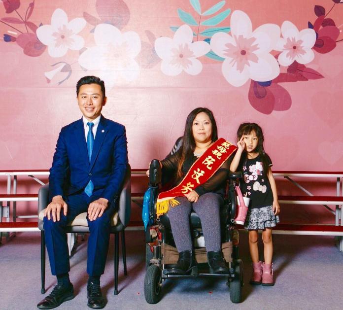 ▲阮汶芳罹患小兒麻痺,同時要照顧2名稚子,雖然辛苦仍樂觀面對。(圖/新竹市政府提供)