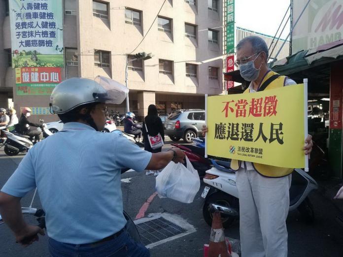 民眾貼心送水 法稅志工站街頭身熱心清涼