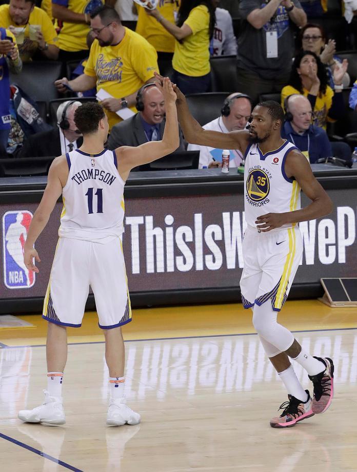 ▲Klay Thompson\\(左\\)和Kevin Durant擊掌慶祝。(圖/美聯社/達志影像)