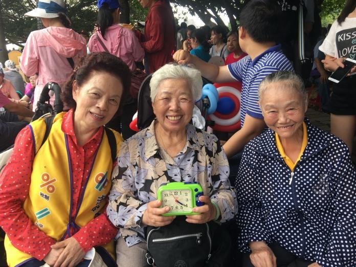 拒當「大魯蛇」!阿嬤帶鬧鐘北上 參與喚醒台灣行動