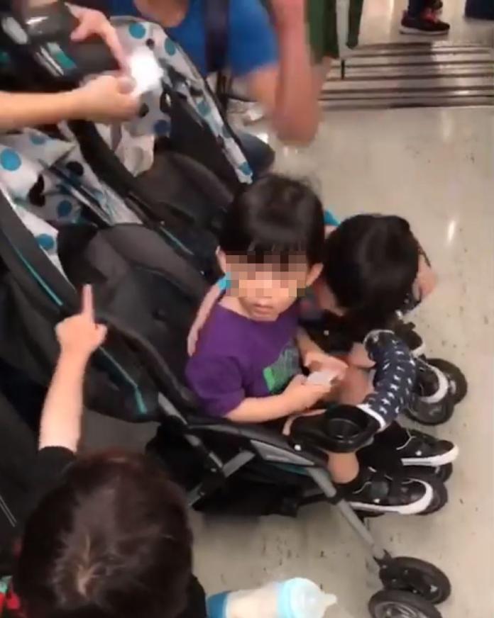 影/2歲兒搭捷運突遭巴頭 霸氣母護兒回擊:你打他幹嘛