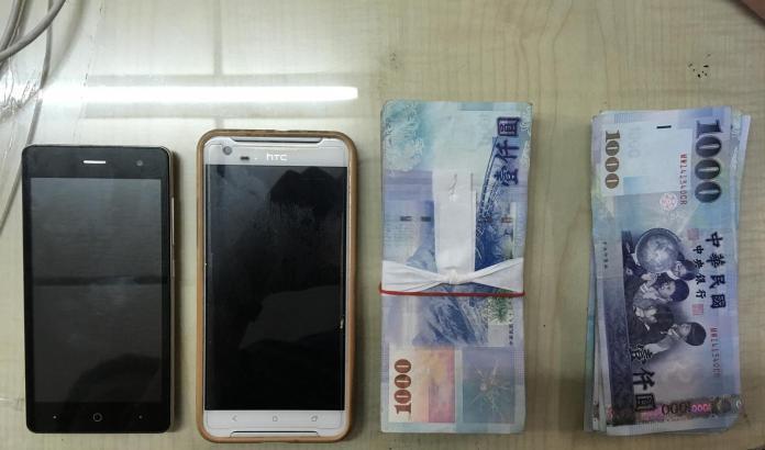 ▲警方查扣詐騙工具及贓款。(圖/高市警局提供 , 2018.05.30)