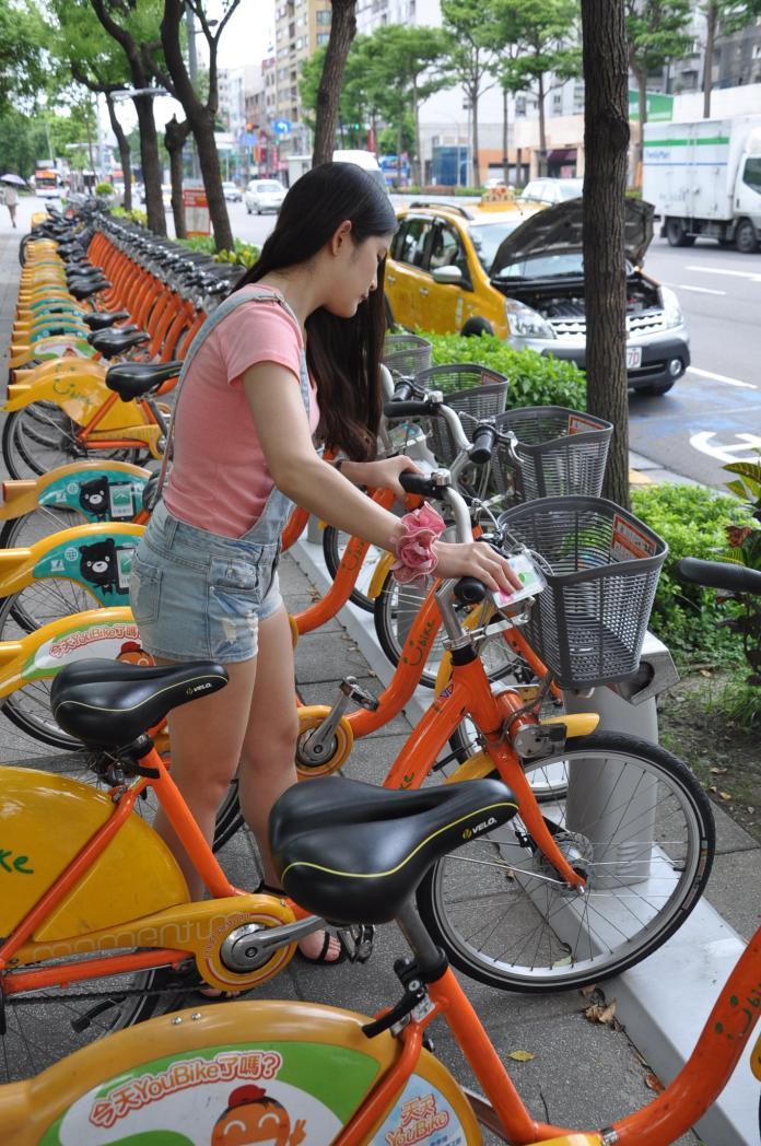 ▲雙北市6月1日起同步實施公共自行車YouBike第三人責任險,民眾騎乘YouBike導致第三人受傷、死亡,最高有200萬元的理賠保險。(圖/新北市交通局提供)
