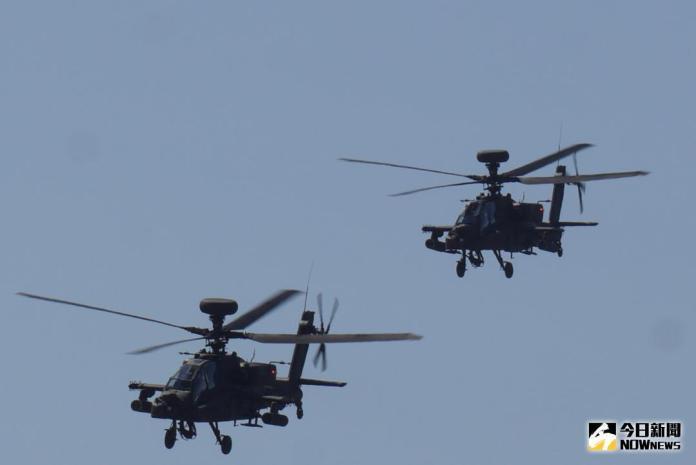 ▲桃園龍潭航空601旅「龍城營區」舉辦營區開放活動,圖為AH-64E阿帕契直升機雙機攻擊編隊操演。(圖/記者呂烱昌攝 , 2017.10.26)