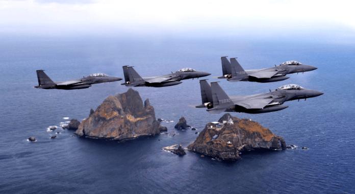 ▲南韓空軍F-15K戰機飛越獨島,以宣誓主權。(圖/韓國國防部 )