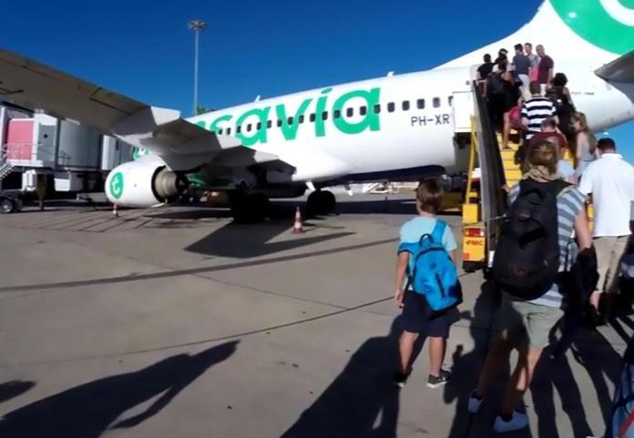 乘客狂吐!男子「<b>體味</b>臭翻天」 機長決定緊急迫降