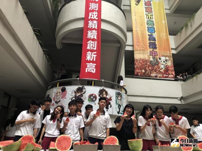 <b>光華高中</b>「西瓜節」 全校師生同慶吃西瓜