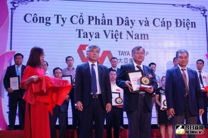 ▲大亞(越南)公司總經理王丁樹(前排右二)代表接受越南經濟環境協會張猛進主席(前排右一)跟國會經濟部門阮文福副主任(前排左二)頒獎。(圖/大亞提供)