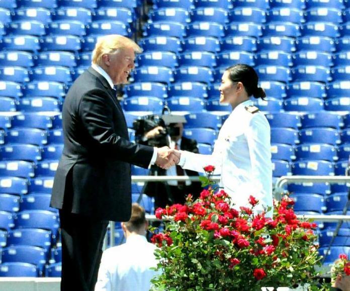 ▲胡家琳在美海官的畢業典禮上,穿我國軍服接受美國總統川普的祝福。(圖/取自胡元德臉書)