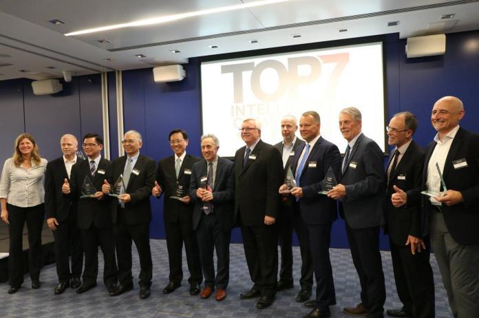 ▲張政源代表台南市在英國倫敦接受頒發2018年Top7獎座。(圖/南市新聞處提供,2018.06.05