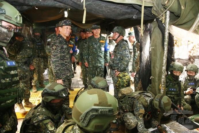 參謀總長李喜明上將5日視導「漢光34號演習」部隊參演實況。(軍聞社記者李一豪攝)