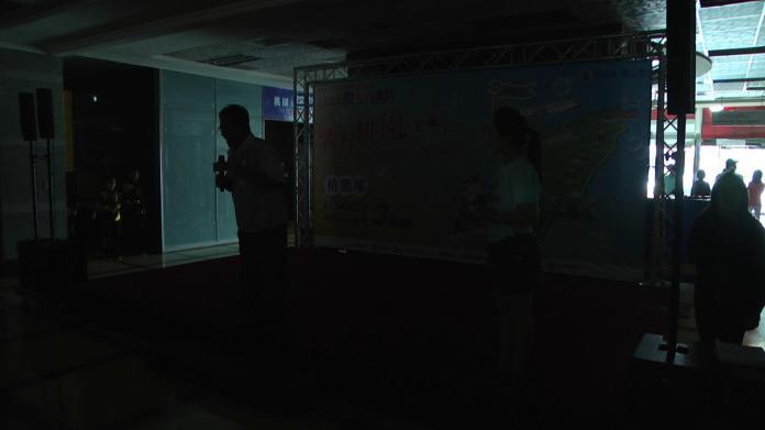 ▲桃園市副市長游建華在活動現場摸黑向在場民眾解釋跳電原因。(圖/民眾提供 , 2018.06.06)