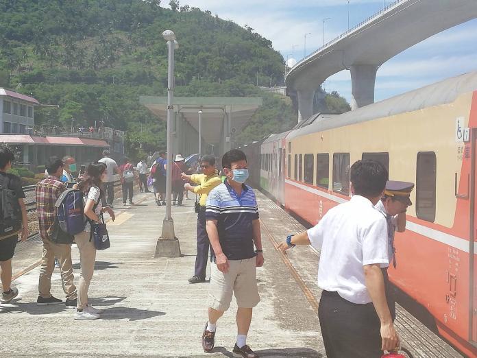 ▲台鐵 51 次莒光號觀光列車著火,旅客驚慌疏散,所幸沒有傷亡傳出。(圖/民眾黃國城提供)