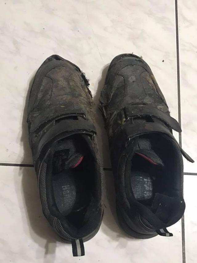 ▲一名單親的林姓網友 PO 文表示,自己最大的願望就是兩個兒子平安長大,穿破鞋的他則婉拒許多網友想贊助鞋子的好意,「我已經答應大兒子下個月要換雙新鞋」。(圖/翻攝自爆廢公社)