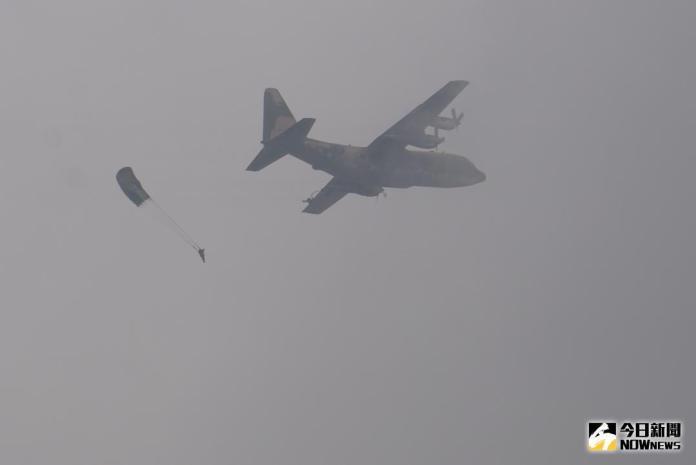 ▲漢光 34 號演習今(7)日在空軍清泉崗基地執行「聯合反空\\(機\\)降作戰演練」,扮演攻擊軍的特指部第三營官兵跳出C-130運輸機機艙。(圖/記者呂炯昌攝 , 2018.6.7\\)