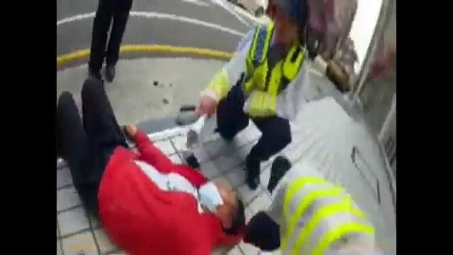 ▲中暑的越南婦人倒在路邊,警員幫忙扇風讓她降溫。(圖/桃園分局景福派出所提供 , 2018.06.07)