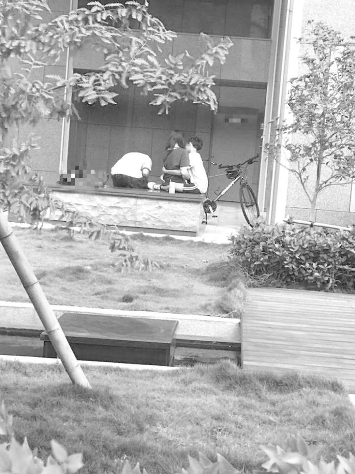 ▲台中一名男網友出門遛貓,意外撞見國中小情侶無視一旁有人,直接在大庭廣眾下親熱。(圖/翻攝自「爆廢公社」)