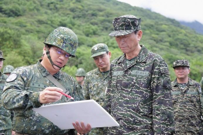 參謀總長李喜明上將7日前往東部空軍基地視導反彈阻絕設施。(軍聞社記者周力行攝)